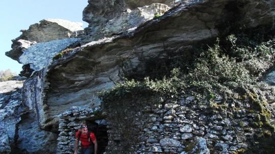 Bergerie sous roche dans le Nebbiu