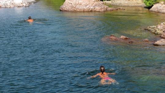 Randonnee famille Corse - Baignade dans les piscines naturelles du Fangu