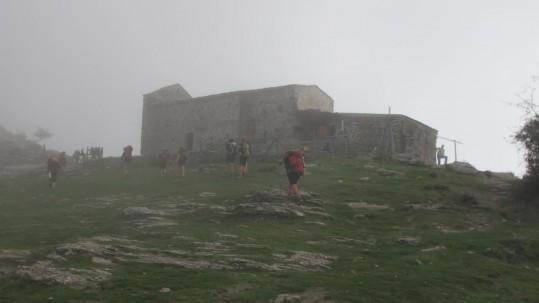 La chapelle San Bartuli dans le brouillard