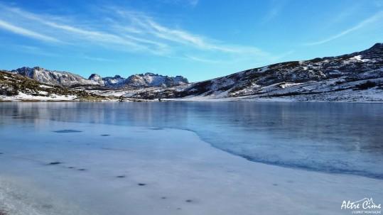 Beauté glaciale du lac de Ninu gelé