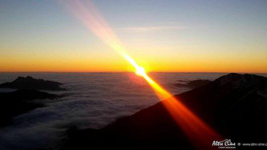 Coucher de soleil sur la mer de nuages