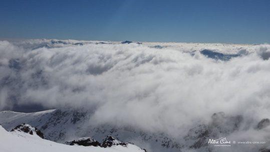 GR20 Nord - le Monte Ritondu pointe son nez au dessus des nuages