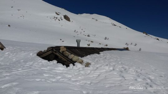 GR20 Sud en hiver - Bergerie des Pozzi ensevelie